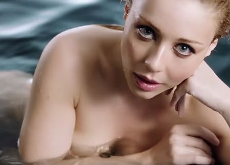 Гола Кароль у «мокрому» кліпі показала еротичні сцени та гімнастичні пози. ФОТО, ВІДЕО
