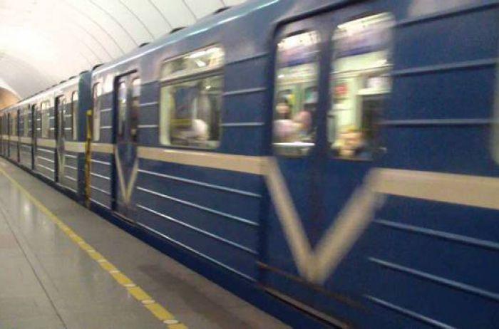 """В Киеве """"самоубийца"""" устроил опасное развлечение в метро. ВИДЕО"""