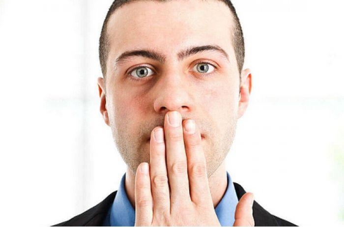 Неприятный запах изо рта: медики называли продукты для спасения. ВИДЕО
