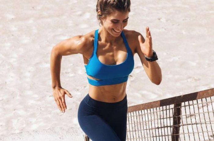 Известную спортсменку-чемпионку поймали топлес на пляже