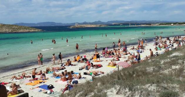 Любителей интима на пляже обвинили в порче популярного курорта