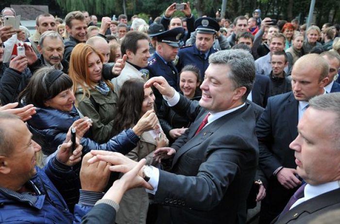 Стало известно, за что Порошенко шлепнул девушку по лицу на глазах украинцев. ВИДЕО