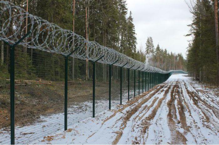 Латвия оградила себя от России забором с колючей проволокой