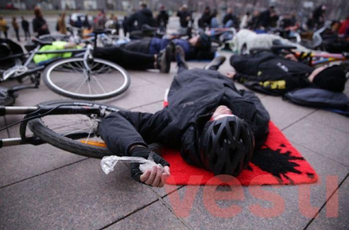 Ни пройти, ни проехать: у Киеврады лежачий протест устроили велосипедисты