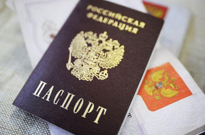 Кремль готовится массово выдавать российские паспорта жителям оккупированного Донбасса