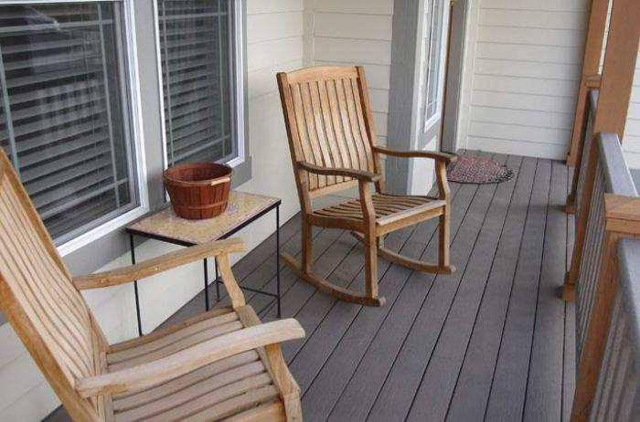 Загадочное видео: стул самопроизвольно движется по веранде