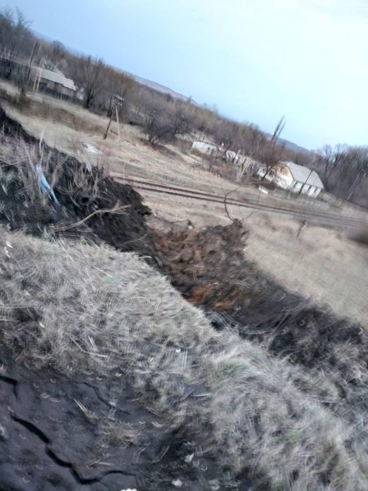 """Снаряд боевиков задел мост: ФОТО из """"горячей точки"""" на Донбассе"""