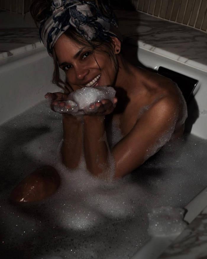 Холли Берри побаловала поклонников смелой фотосессией в ванной