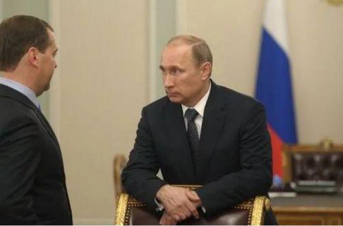 Синхронизировались: двойников Путина и Медведева застали в странной позе, фото