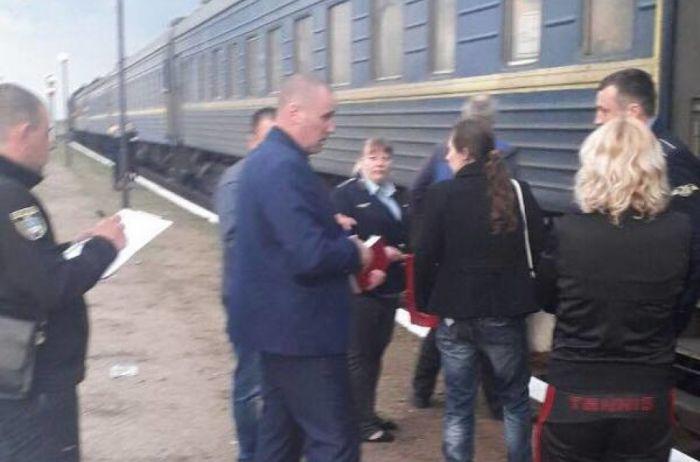 ЧП в поезде Харьков-Херсон: мужчина чуть не зарезал спящего пассажира