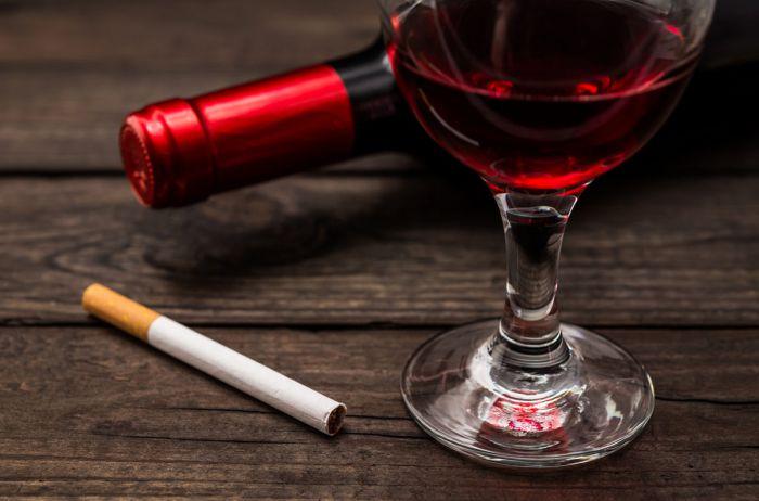 Медики подсчитали, скольким сигаретам равняется бутылка вина