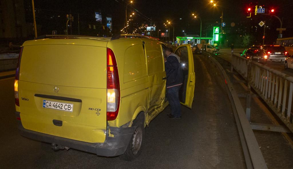 В Киеве Mercedes попытался проскочить на «красный». ФОТО