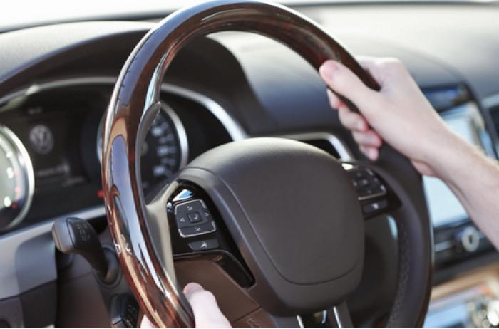 Новые уловки мошенников на дорогах: водителей предупредили об опасности