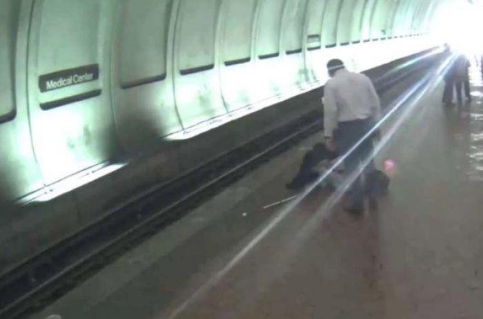 Что необходимо сделать, если вы ненароком упали с платформы метро