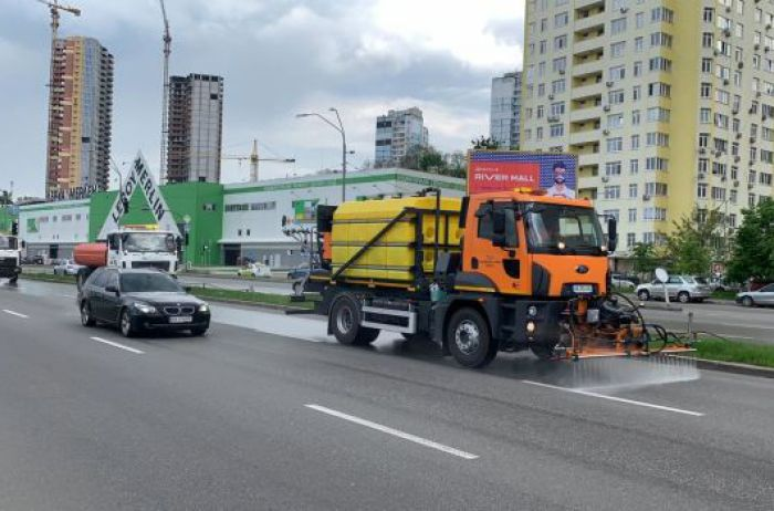Киевские дороги начали мыть с использованием спецсредств. Что происходит