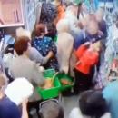 Хотел свернуть шею: в киевском супермаркете маньяк атаковал ребенка