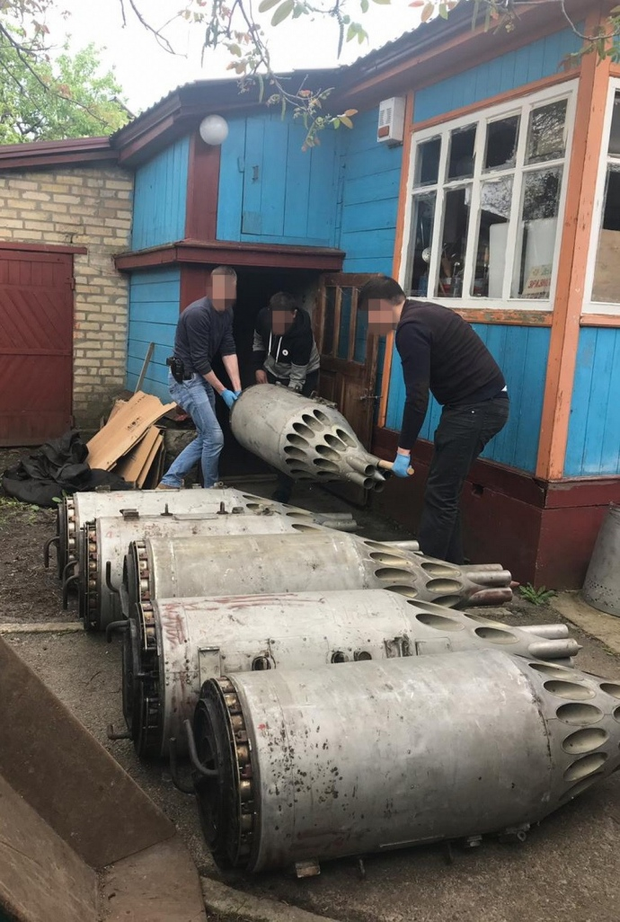 На Киевщине силовики обнаружили склад с «авиационными ракетницами»