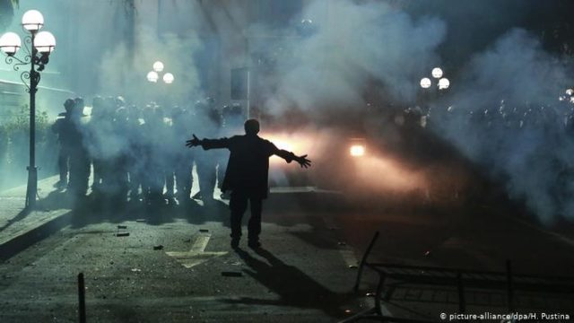 Зажигательная смесь и слезоточивый газ: люди штурмуют здание Парламента. ФОТО