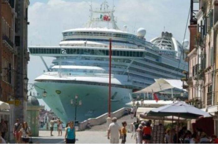 Громадный круизный лайнер на скорости протаранил туристический катер: люди прыгали в воду. ФОТО