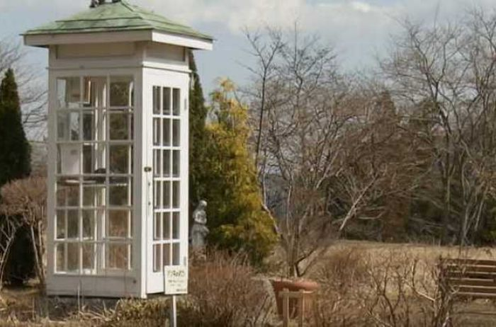В Японии есть таксофон, из которого можно звонить в загробный мир