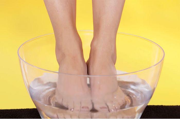 Замачивайте ноги в уксусе раз в неделю: увидите, как полегчает