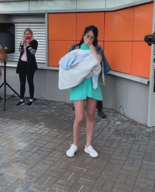 Кабаева расплакалась на крыльце роддома: фото уже в Сети