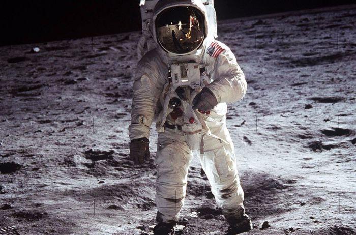 Астронавты шли по Луне мимо мертвого инопланетянина. ФОТО