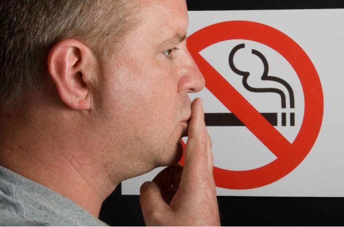 Курильщиков запретили нанимать на работу