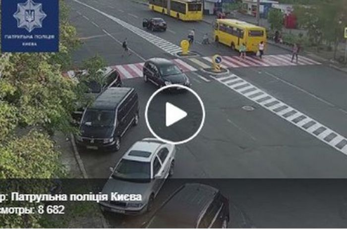 Шокирующее видео: в Киеве перебегавшую дорогу женщину сбивает авто