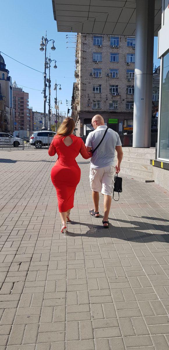Больше, чем у Кардашьян: на параде в Киеве видели женщину в красном