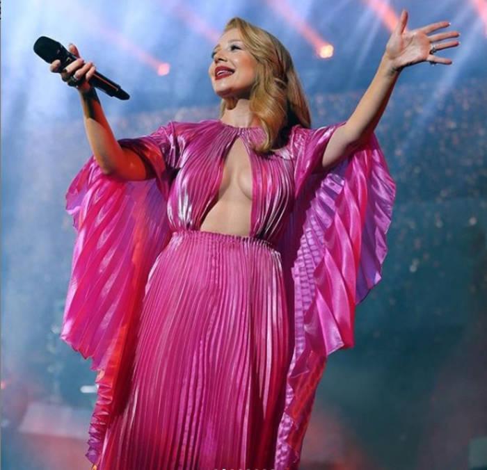 Тина Кароль ошеломила Сеть платьем без нижнего белья