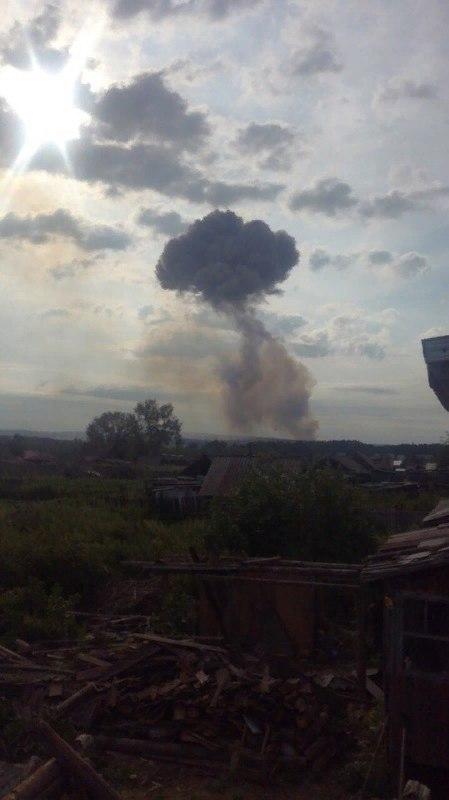 Это ад: рвутся военные склады, люди бегут из квартир. ВИДЕО