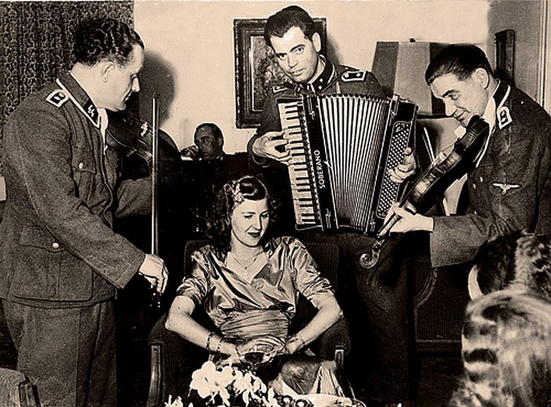 Ева Браун всегда любила веселые компании (1944 г). Спустя 10 лет она бросит больного мужа в глухом тайном поместье и переселится с дочерьми в аргентинский городок Неукен. Фото: GLOBAL LOOK PRESS