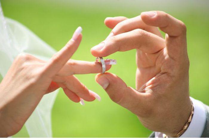 Вот на каких пальцах не рекомендуется носить кольца