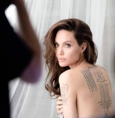Джоли показала тату, которые раньше видел лишь Брэд Питт