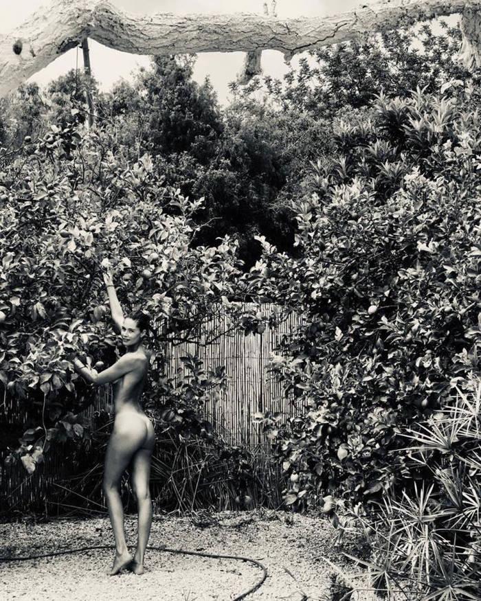 Знаменитая супермодель полностью обнажилась во фруктовом саду