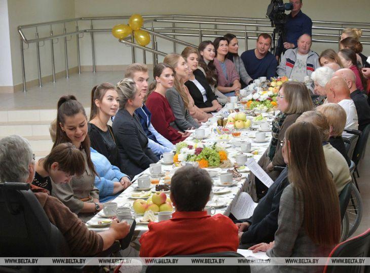 Бацька гарем собрал: Сеть обсуждает сына Лукашенко в окружении красавиц
