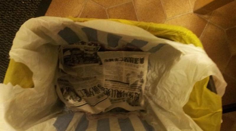 газета в мусорном ведре