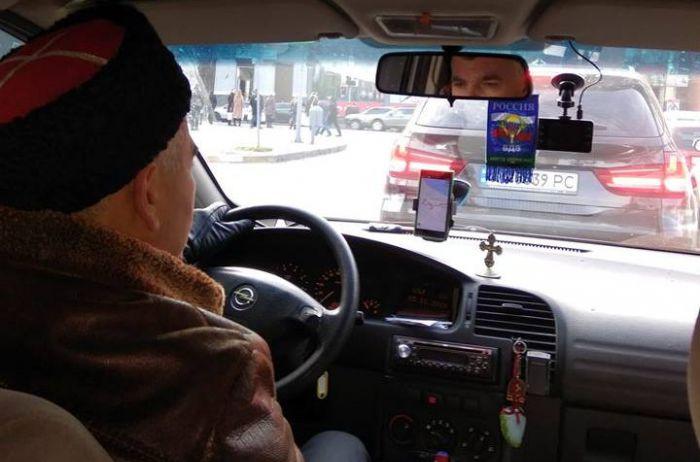 Как сдали в СБУ таксиста-казака из Днепра, ездившего по городу с флагом