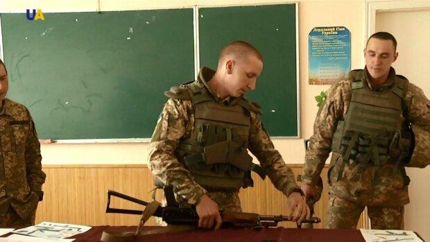 В украинских школах хотят вернуть военную подготовку