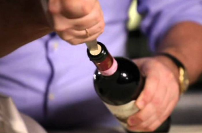 Законы физики помогут без штопора открыть бутылку вина. ВИДЕО