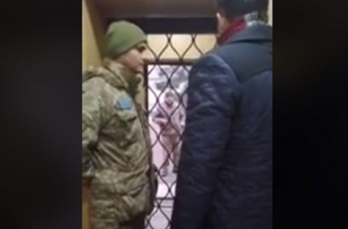 В Харькове военные силой затолкали парня в машину и увезли в сборный пункт. ВИДЕО