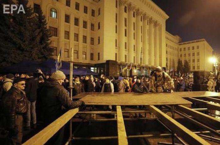 На Банковой начали устанавливать металлические рамки: число митингующих растет