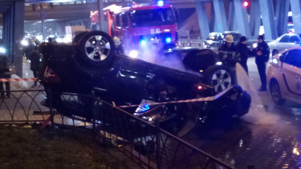 Машина слетела с моста и упала на тротуар. ФОТО