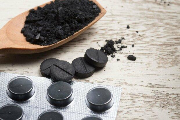 Активированный уголь после новогоднего застолья: сколько таблеток пить