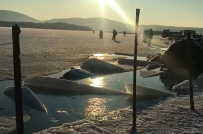 В России 30 машин разом ушли под лед. ВИДЕО