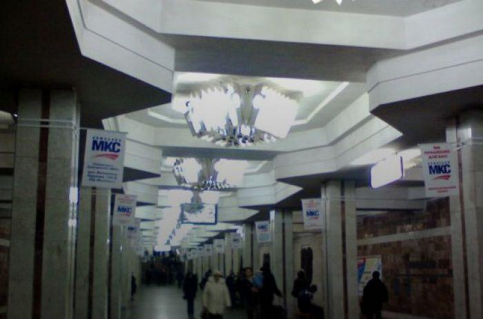 В харьковском метро мужчина атаковал людей, ЧП попало на камеру