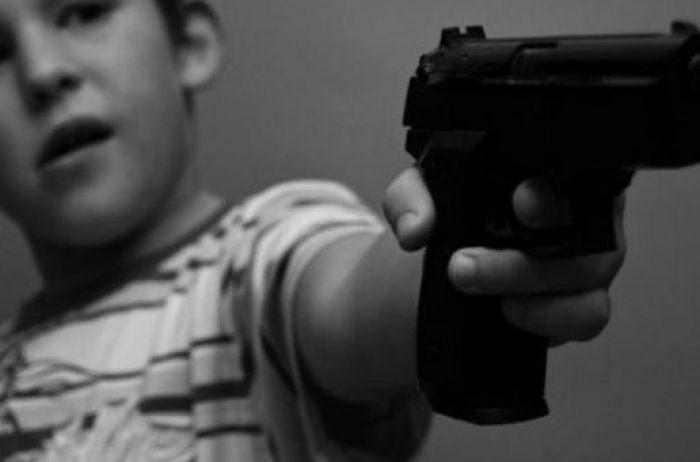 Ребенок застрелил учительницу в школе, после этого покончил с собой