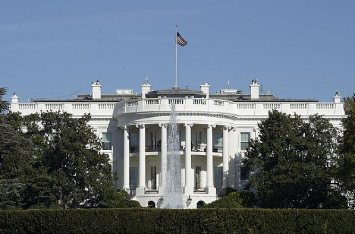 Белый дом пошел на нарушение закона, чтобы заморозить военную помощь Украине