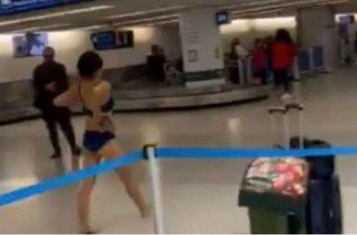 Женщина стала звездой Сети, устроив стриптиз в аэропорту. ВИДЕО